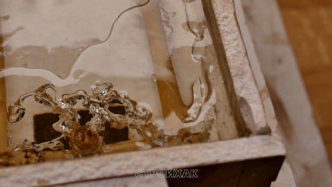 Ледяной столик из закипевшей эпоксидной смолы