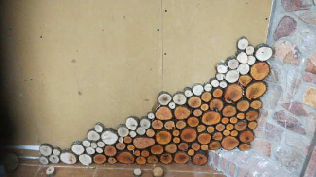 Декорирование стен деревянными спилами