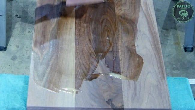 Стол со столешницей из ореха и эпоксидной смолы + скамья из ореха