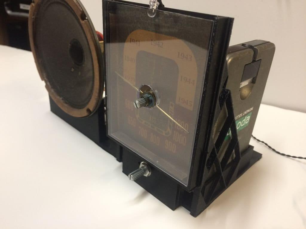 Винтажный радиоприемник со шкалой и передачами времен Второй мировой войны