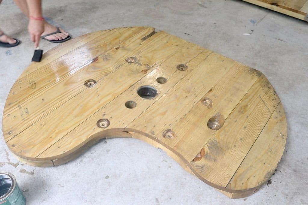 Прочная скамейка из поддона и деревянной катушки от кабеля