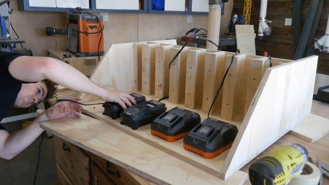 Станция зарядки и хранения аккумуляторного инструмента