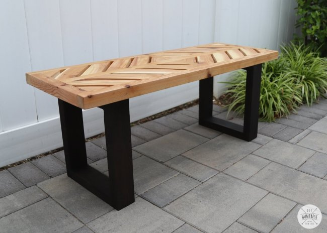 Небольшая скамейка из бруса для посиделок на веранде или террасе