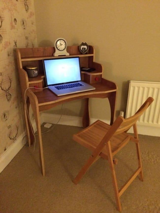 Компактный фанерный ретро-столик для ноутбука