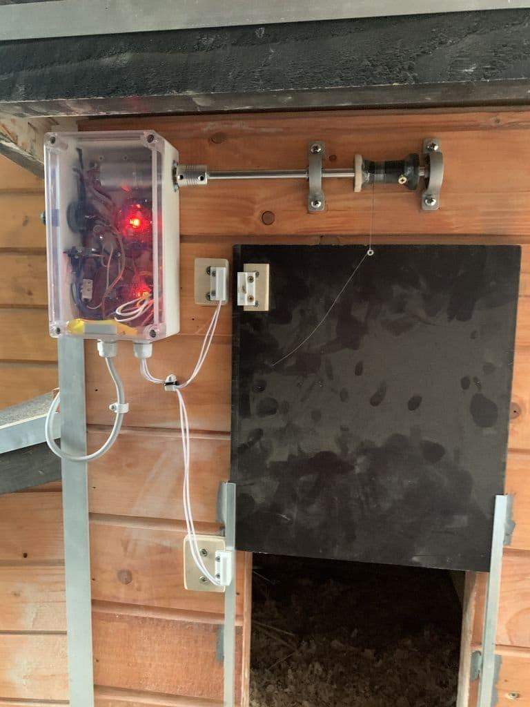 Автоматическая дверь в курятник из доступных материалов