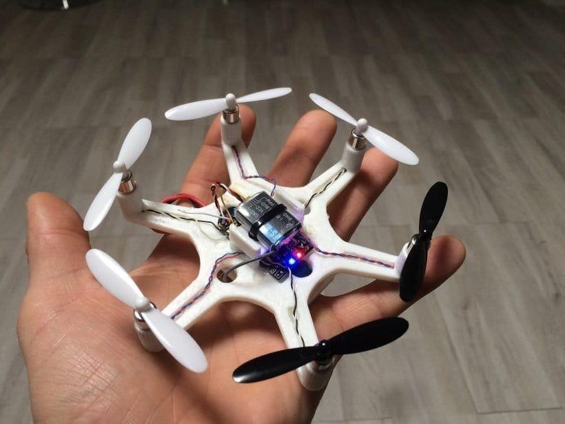 Маленький дрон с напечатанным корпусом