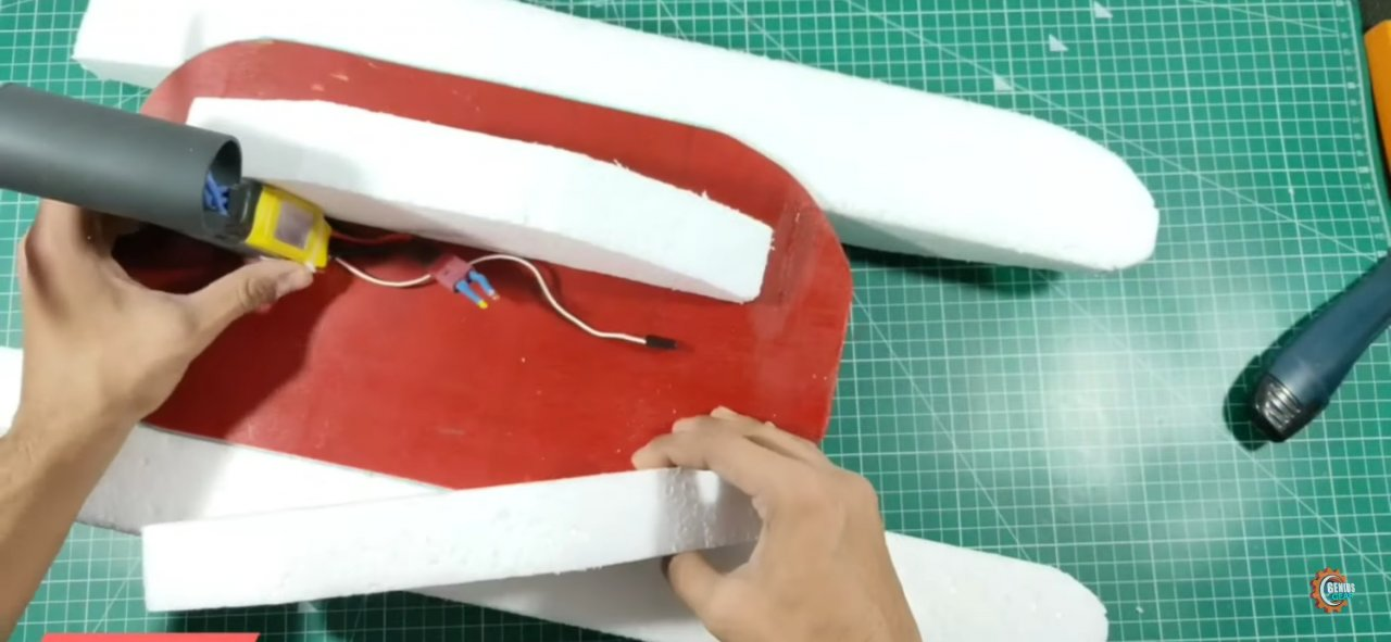 Радиоуправляемая модель лодки из подручных средств