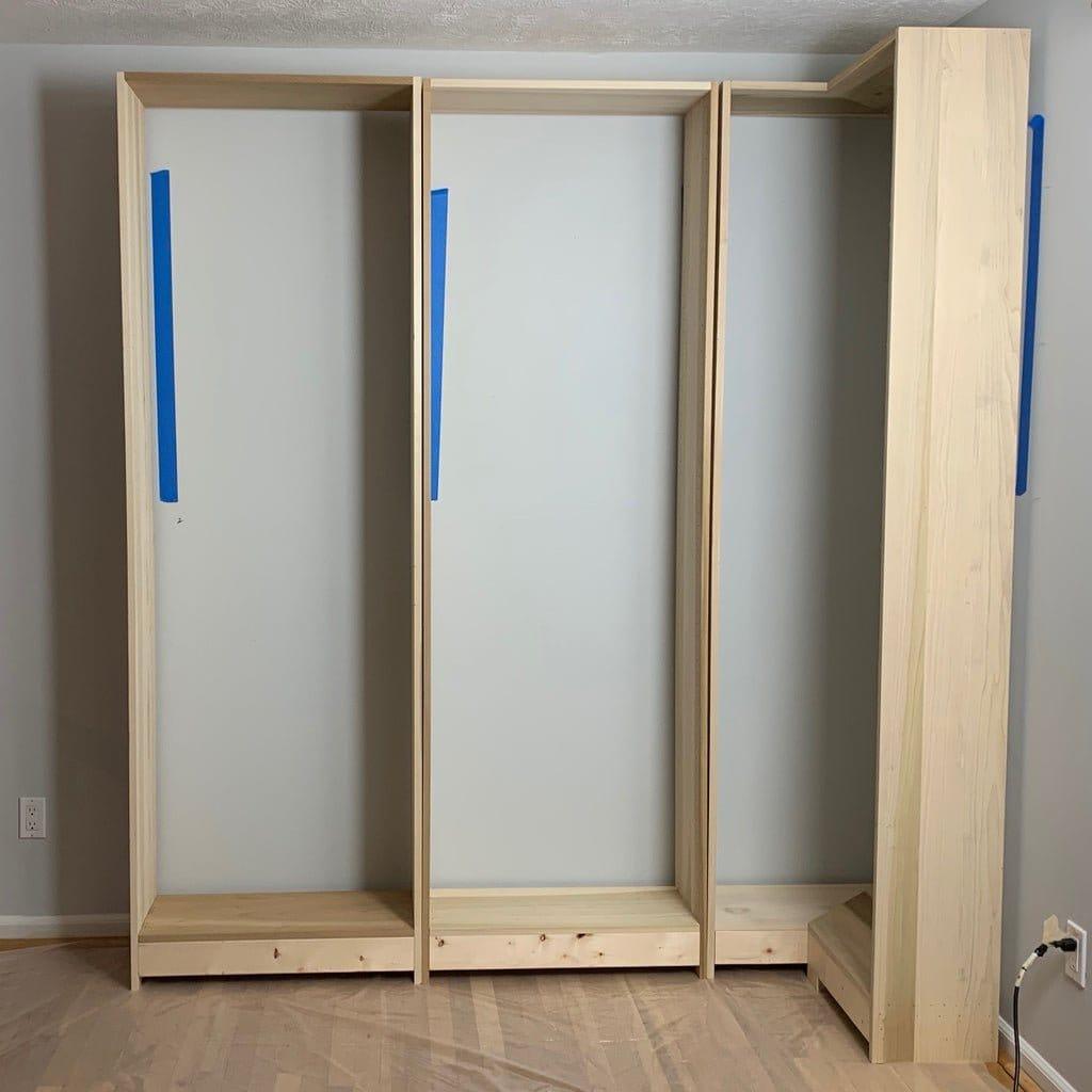 Встроенный угловой книжный шкаф