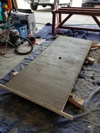 Массивный стол с бетонной столешницей