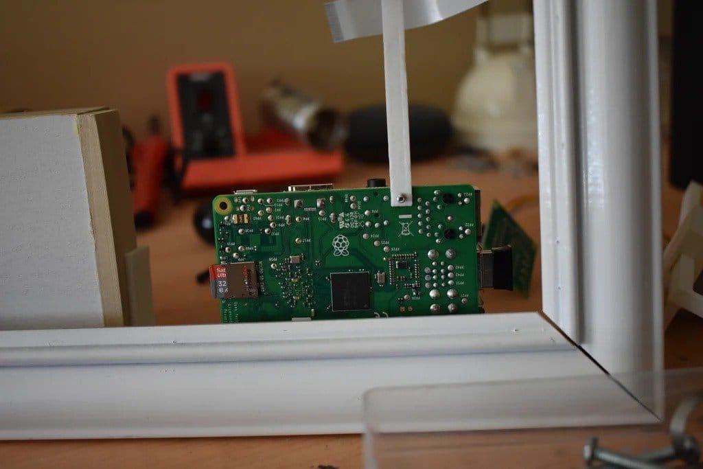 Зеркало со скрытым отсеком, который открывается при распознавании лица