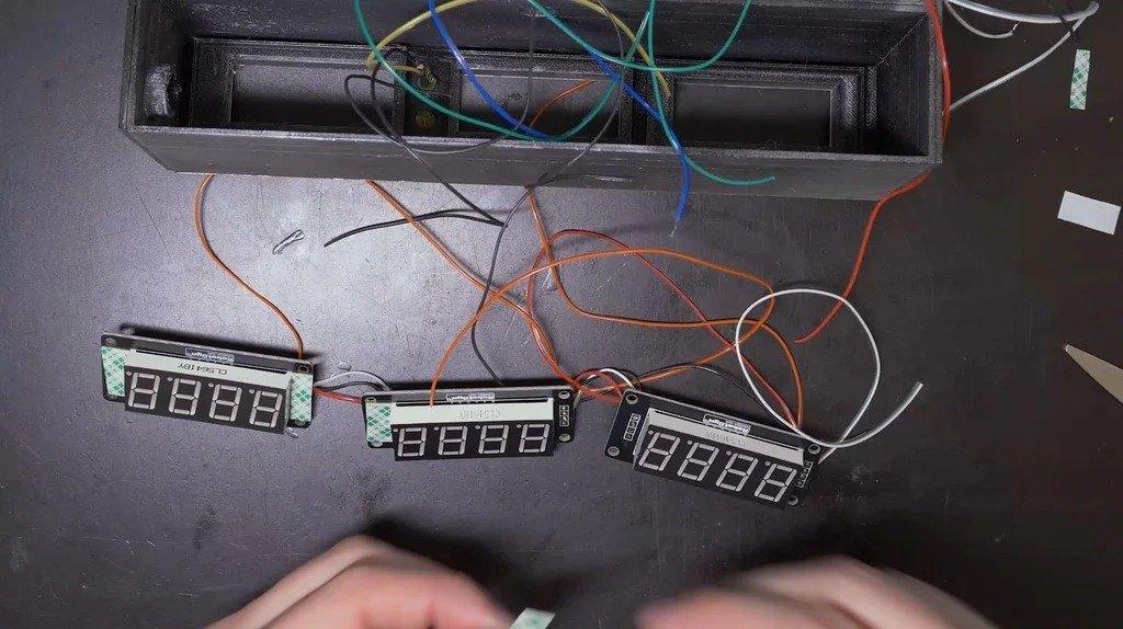 Часы в стиле цифровой панели из фильма «Назад в будущее»
