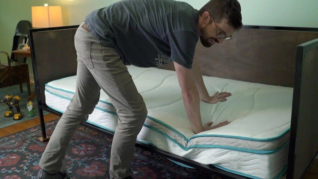 Кровать с металлическим каркасом