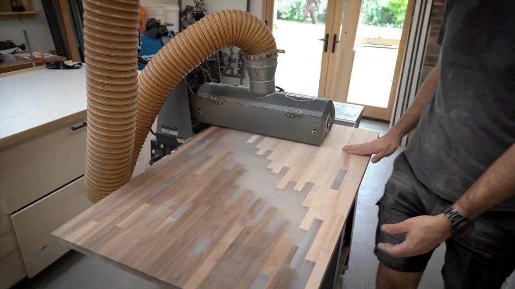 Журнальный столик из деревянных брусков и эпоксидной смолы