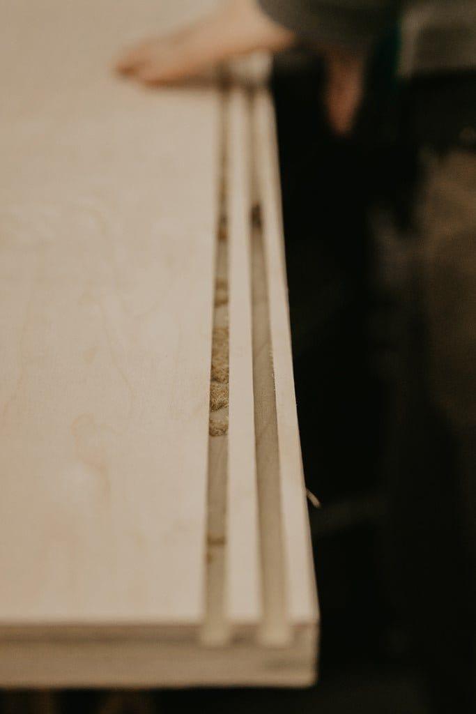 Удлиненная тумба из фанеры со сдвижными дверцами