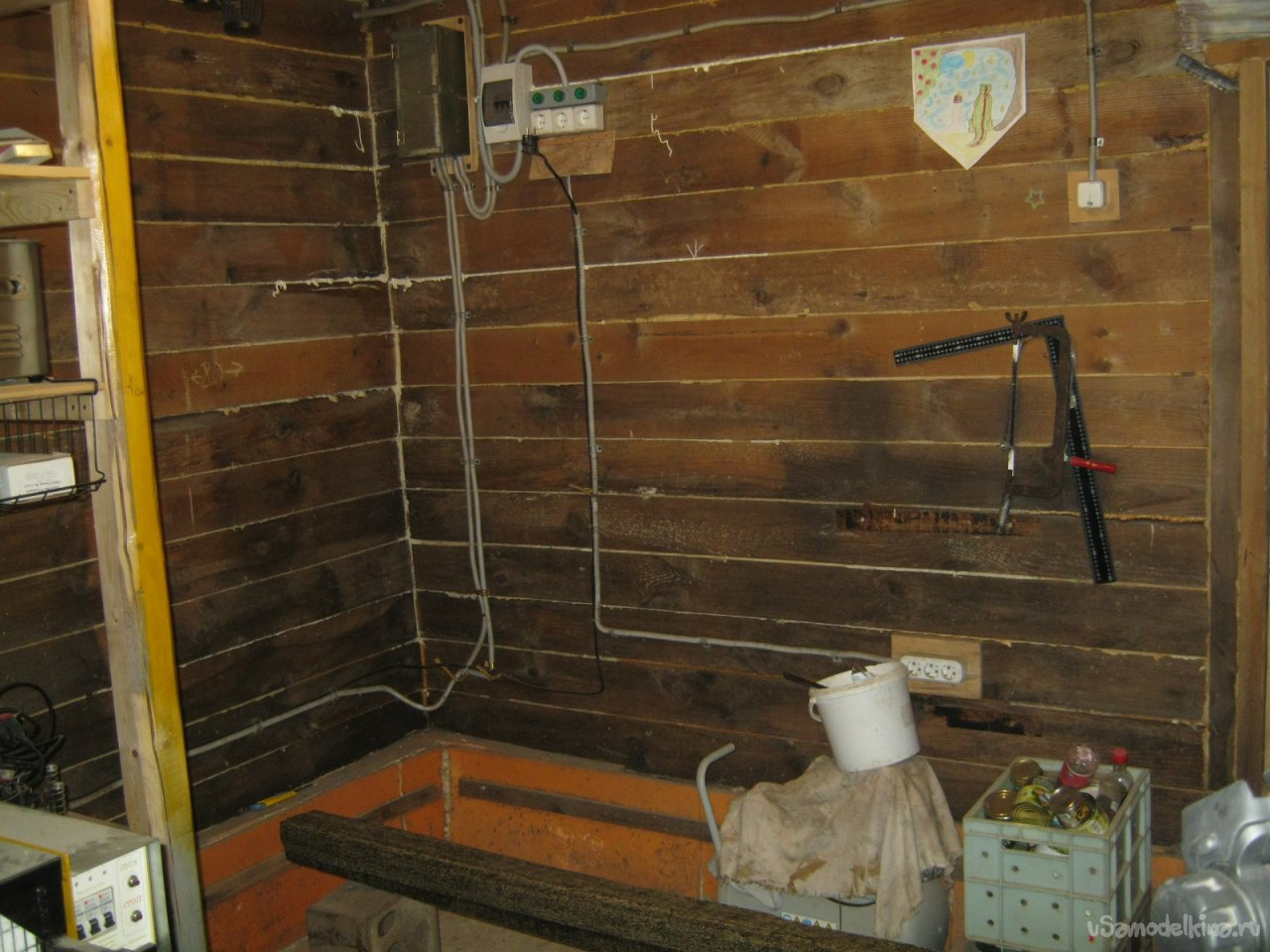 Простой утилитарный стол-стеллаж для мастерской