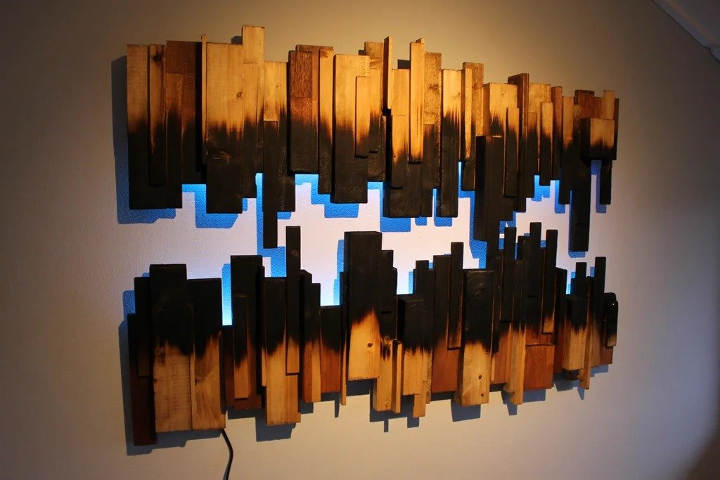 Необычный настенный светильник из обожженной древесины