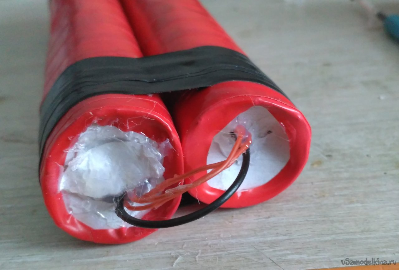 Модель бомбы из тротиловых шашек. Это муляж!