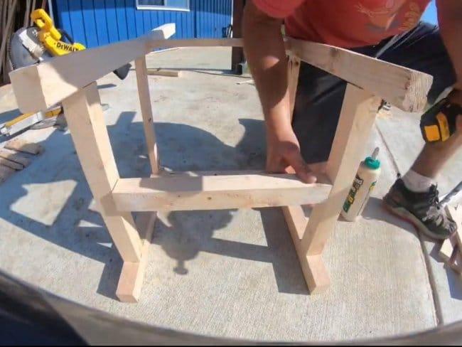 Простой стул из бруса и доски своими руками
