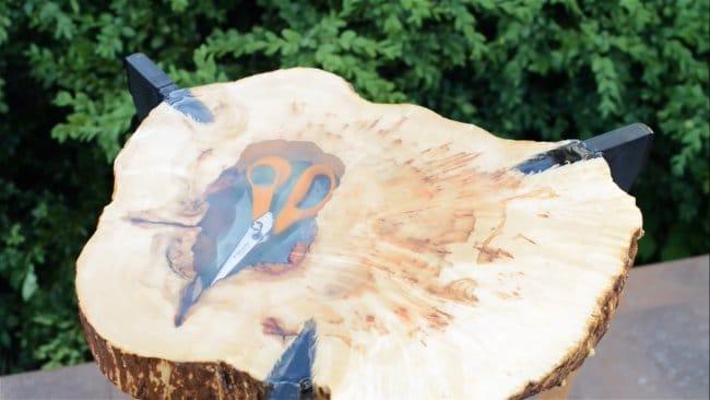 Стол из топоров, дерева и эпоксидки