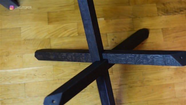 Стол из окаменелого дерева и эпоксидки