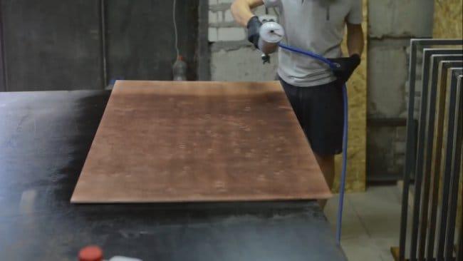 Стол из эпоксидки, золота и мрамора