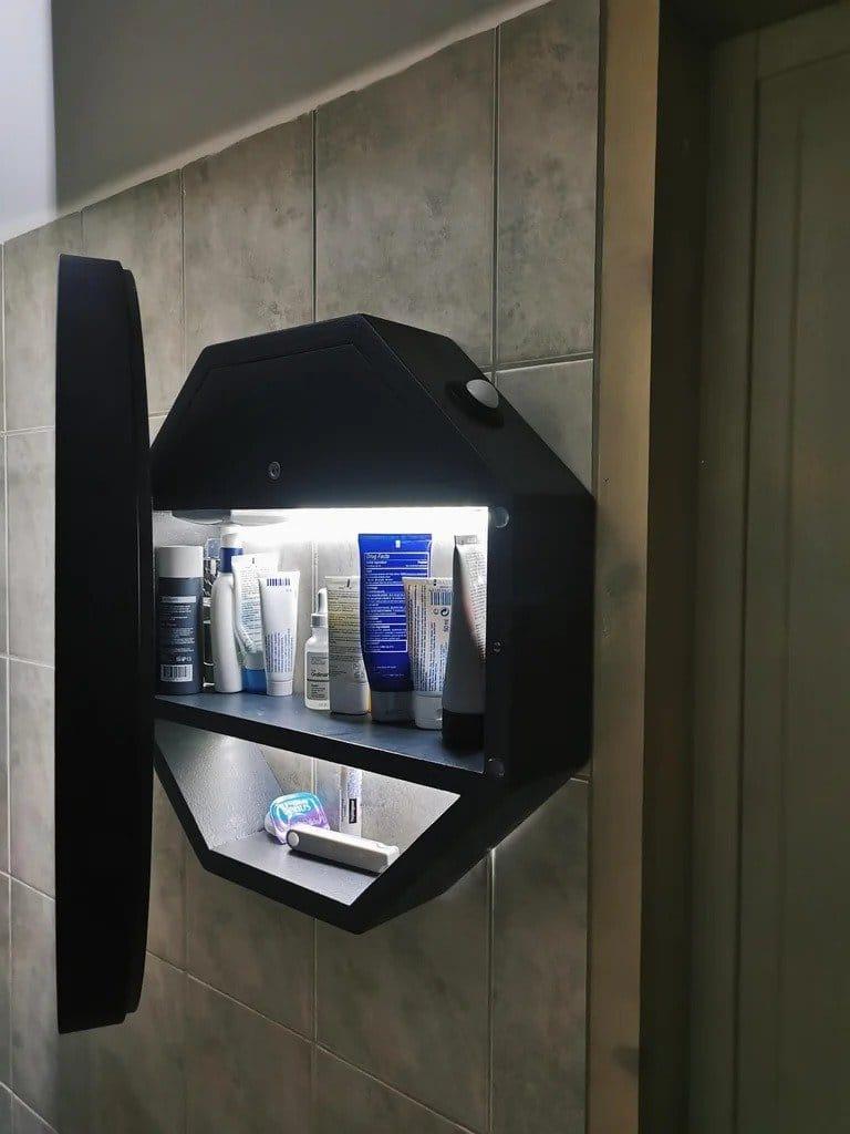 Настенное зеркало с подсветкой и отсеком для хранения