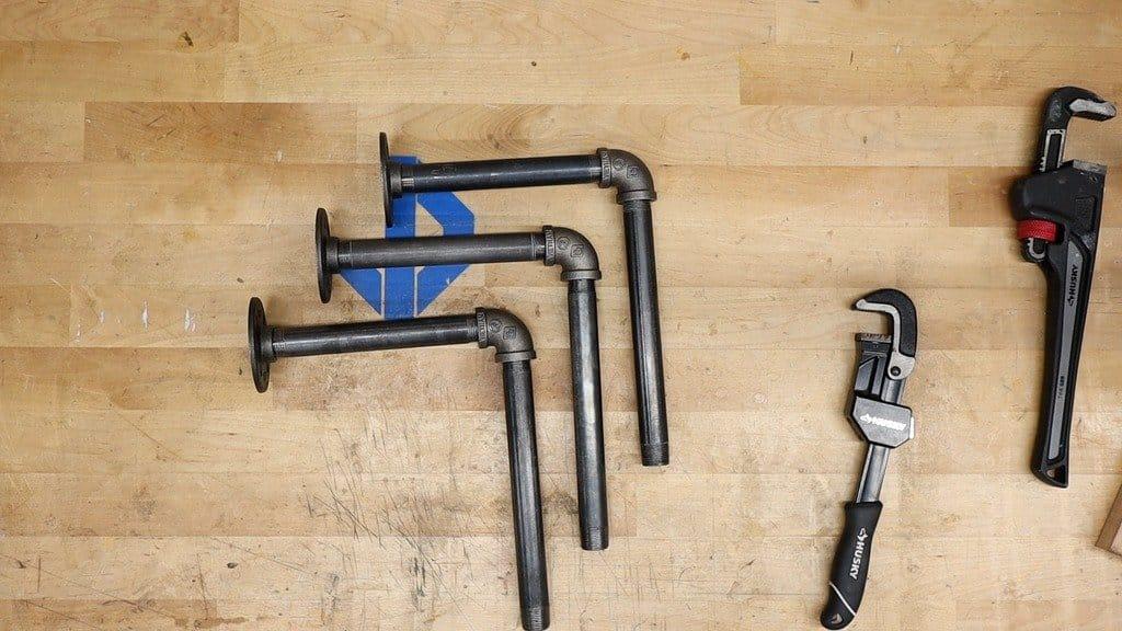 Книжная полка из водопроводных труб и досок