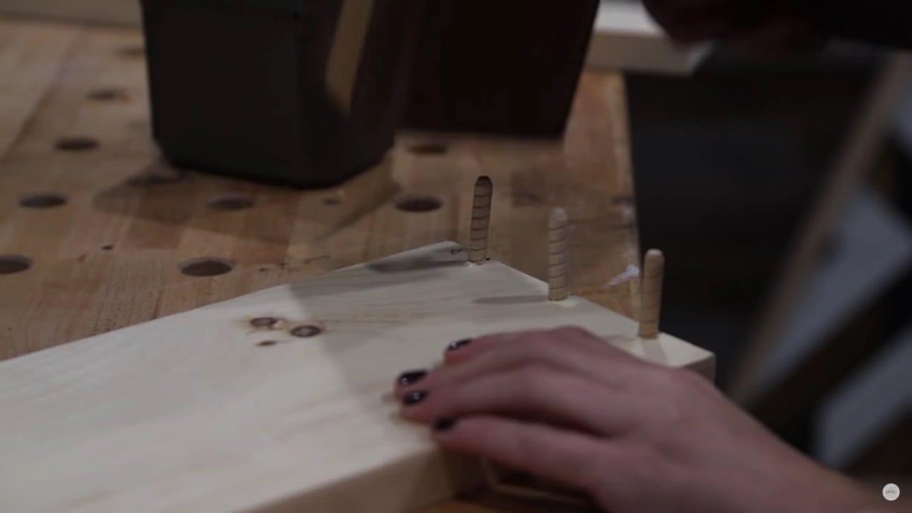 Настенный шкафчик-картина, превращающийся в рабочее место за ноутбуком