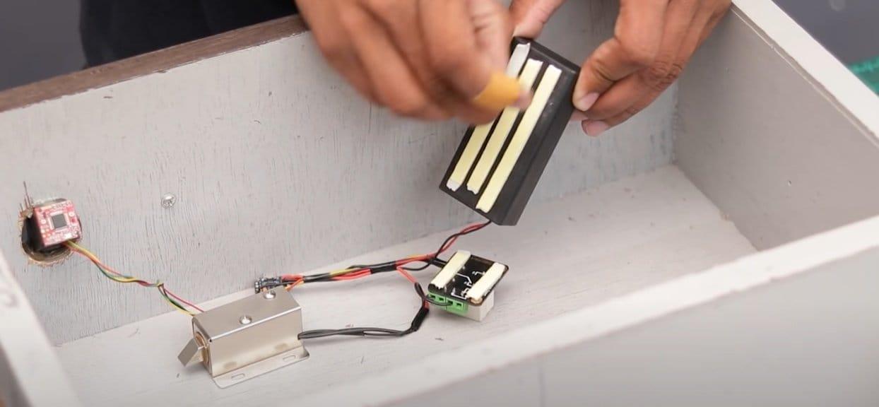 Выдвижной ящик в шкафу с доступом по отпечатку
