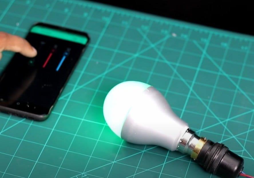 Светодиодная RGB лампочка с управлением при помощи смартфона