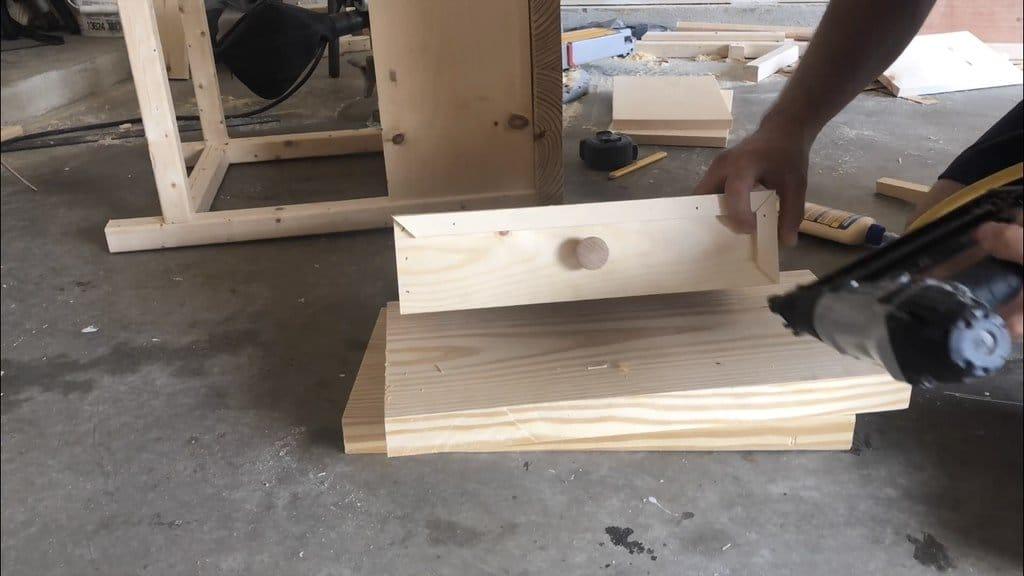 Небольшая тумба-столик, которую можно установить рядом с диваном или кроватью