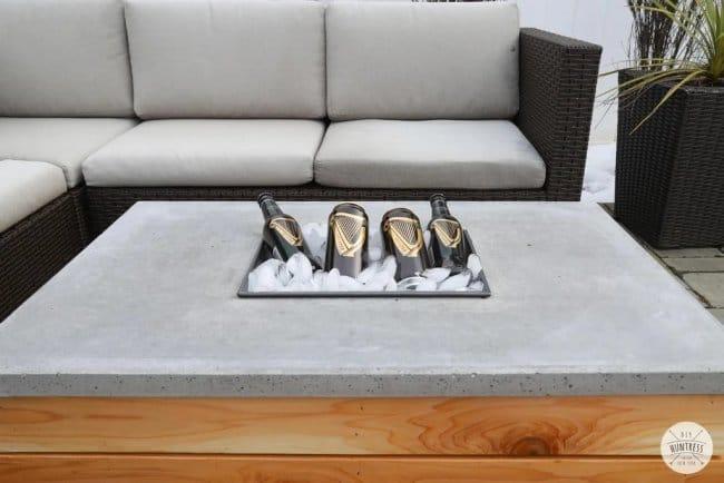 Уличный стол с костровой ямой или льдом