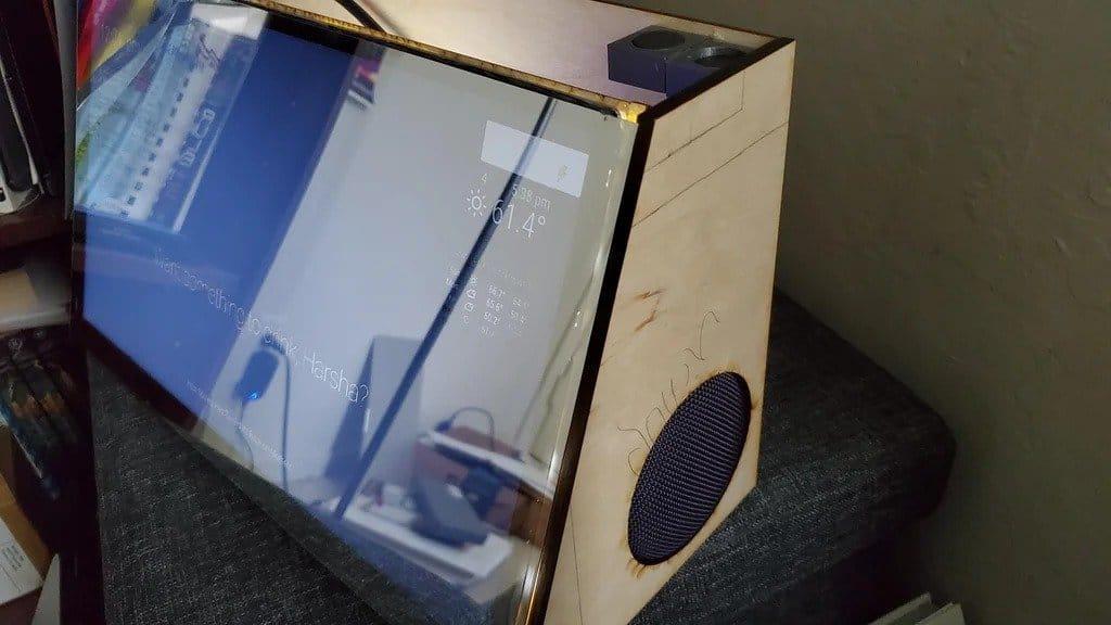 «Умное зеркало» с Google Ассистентом и беспроводной зарядкой