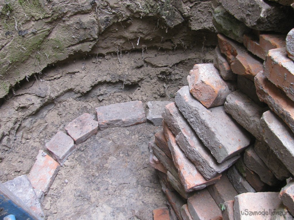 Выгребная яма в одиночку из старого кирпича