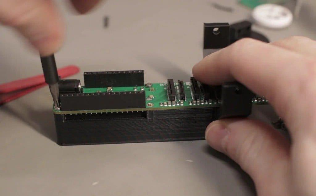 Твердотельный объемный OLED-дисплей с демонстрацией голограммы