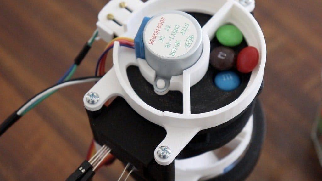 Устройство для сортировки предметов по цветам