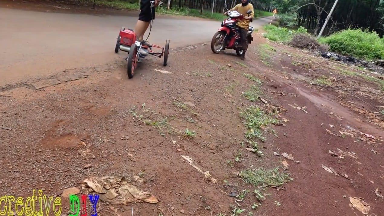 Трехколесный самокат с мотором от триммера