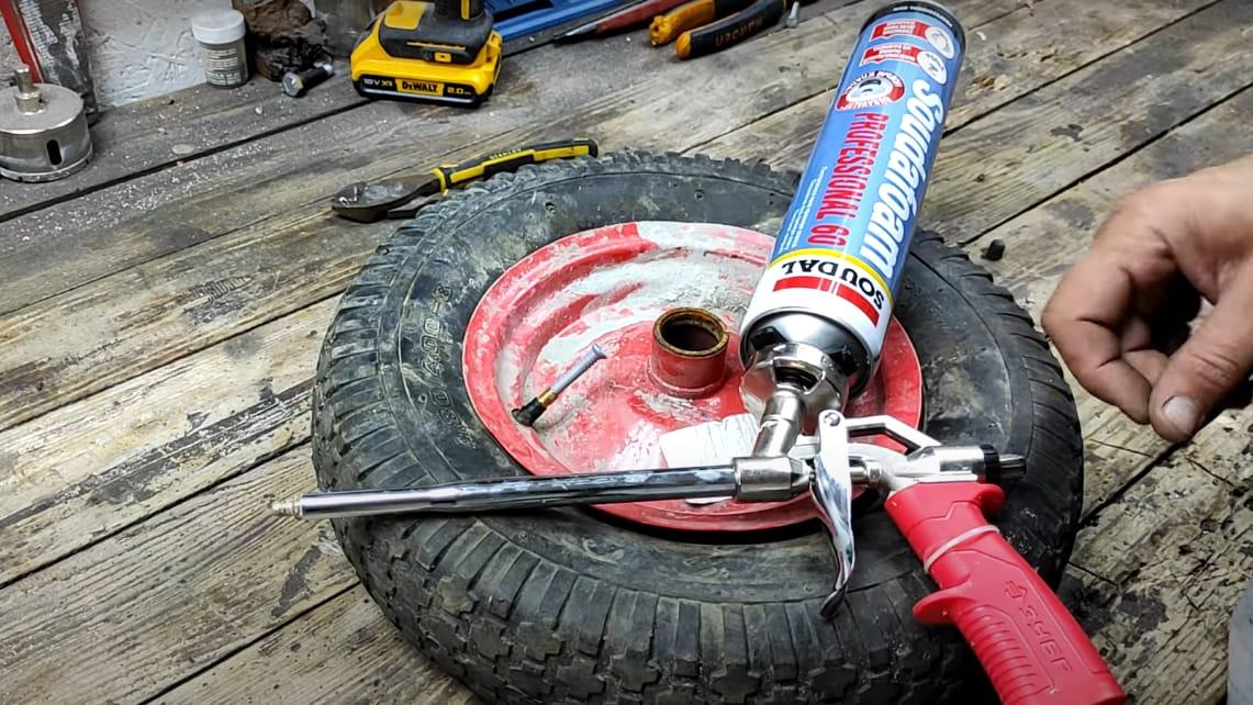 Бескамерное колесо для садовой тачки из старого колеса и монтажной пены