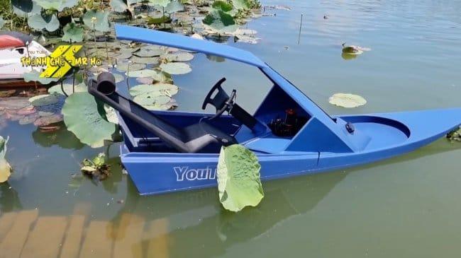 Футуристическая лодка на водометном двигателе