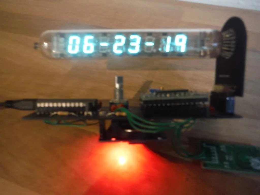 Часы из газоразрядной трубки