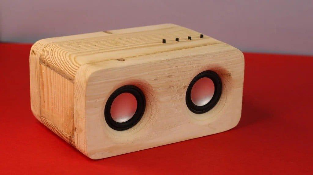 Портативный блютуз-динамик в деревянном корпусе