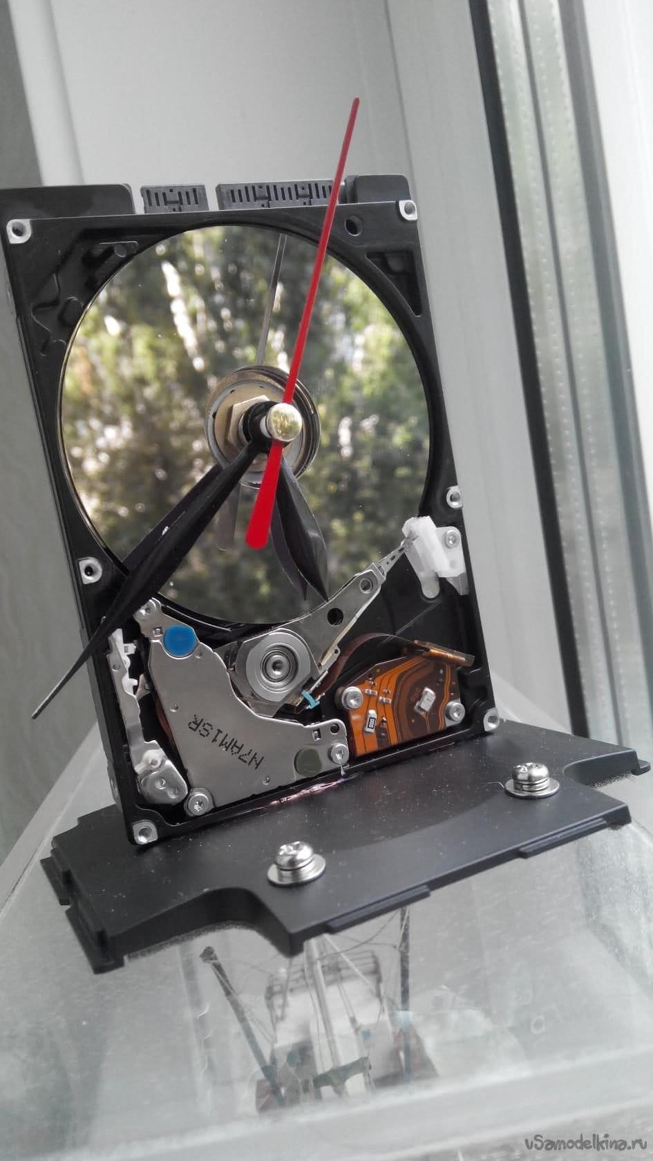 Часы на доске от скейтборда