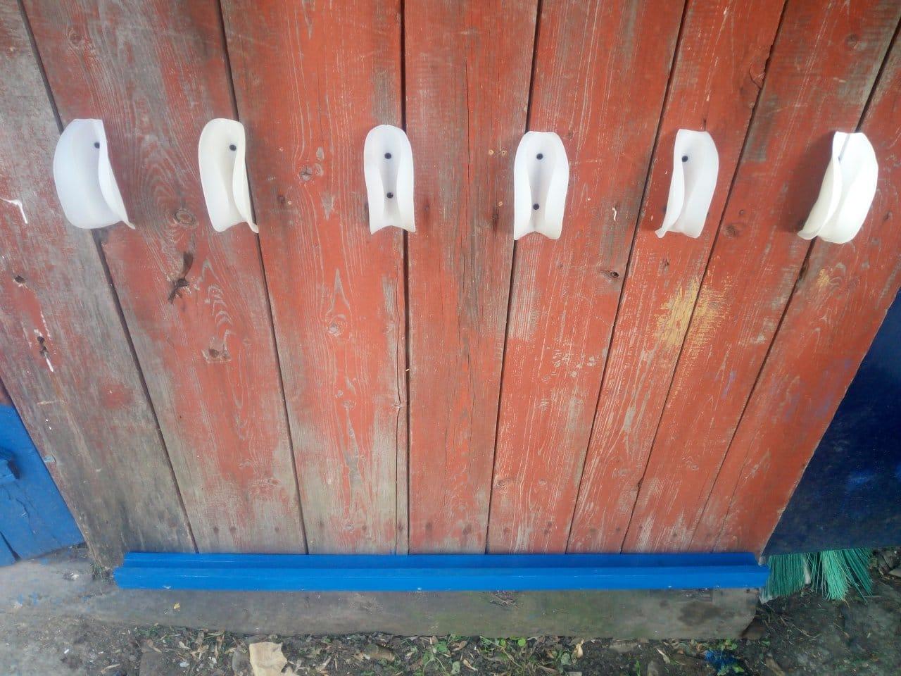 Держатели садового инструмента из канистр от омывающих жидкостей