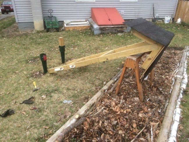 Отдельно стоящий стенд для садового инвентаря из бруса и ДСП
