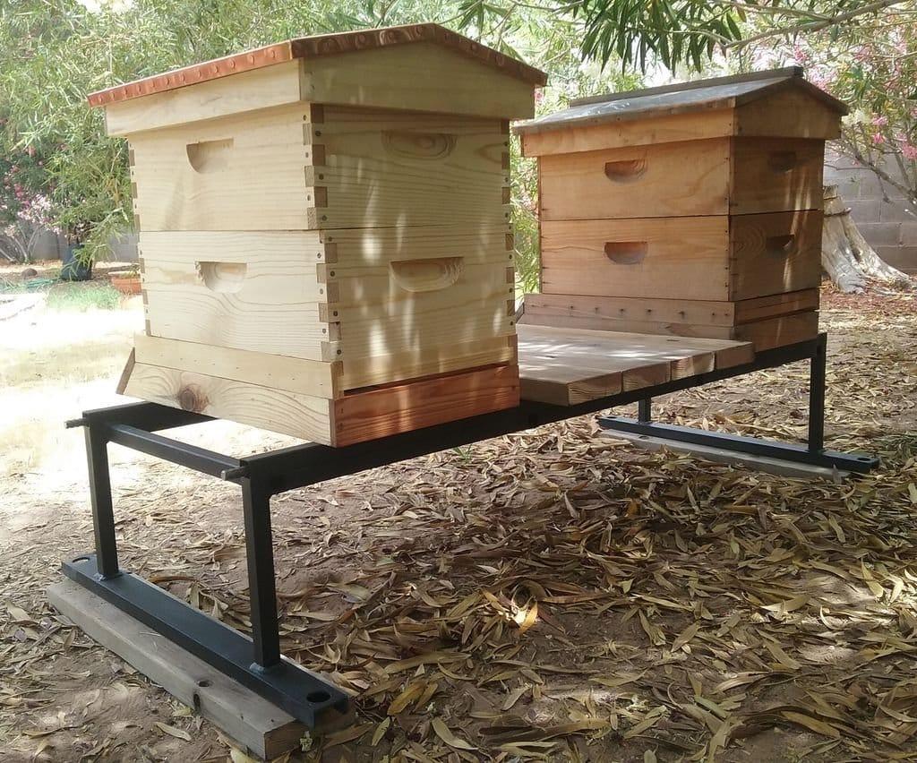 Прочная металлическая подставка из профильных труб для пчелиных ульев своими руками.