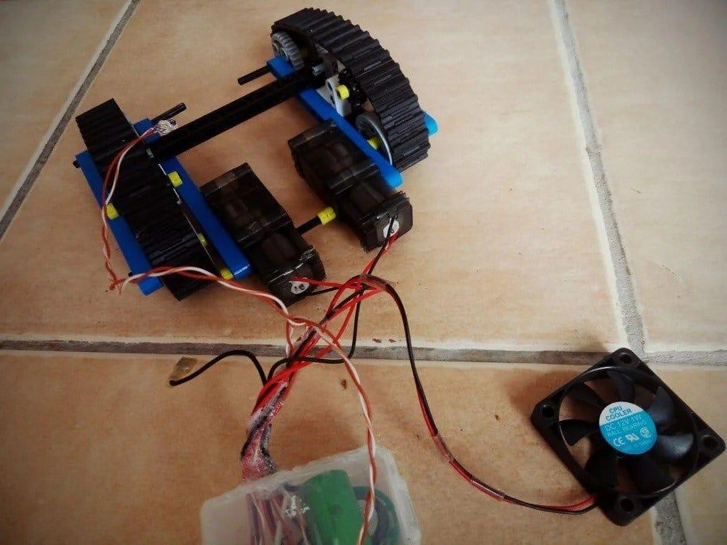Подводный робот для очистки дна бассейна от грязи