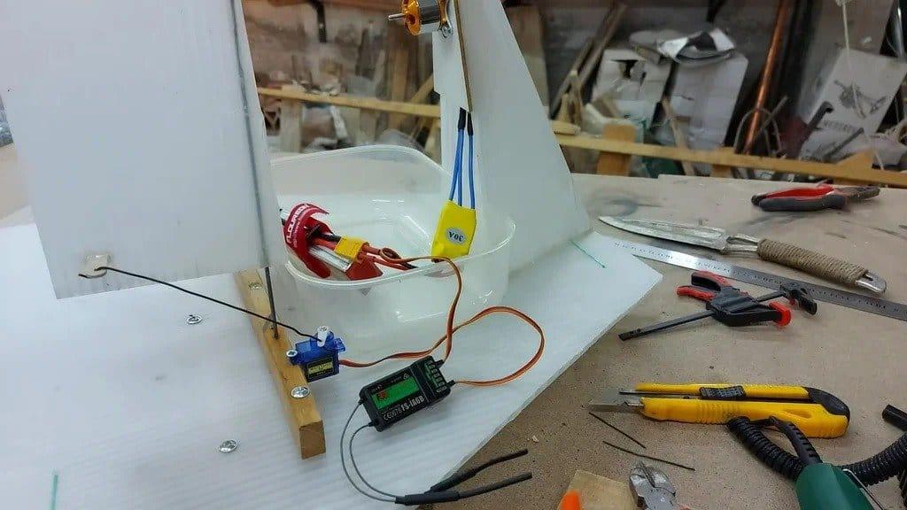 Радиоуправляемый аэроглиссер в помощь рыбаку