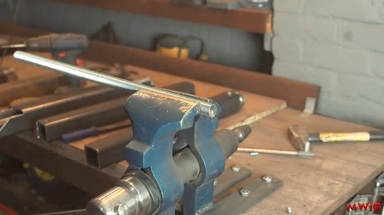 Vise with two threaded shafts and a chain drive