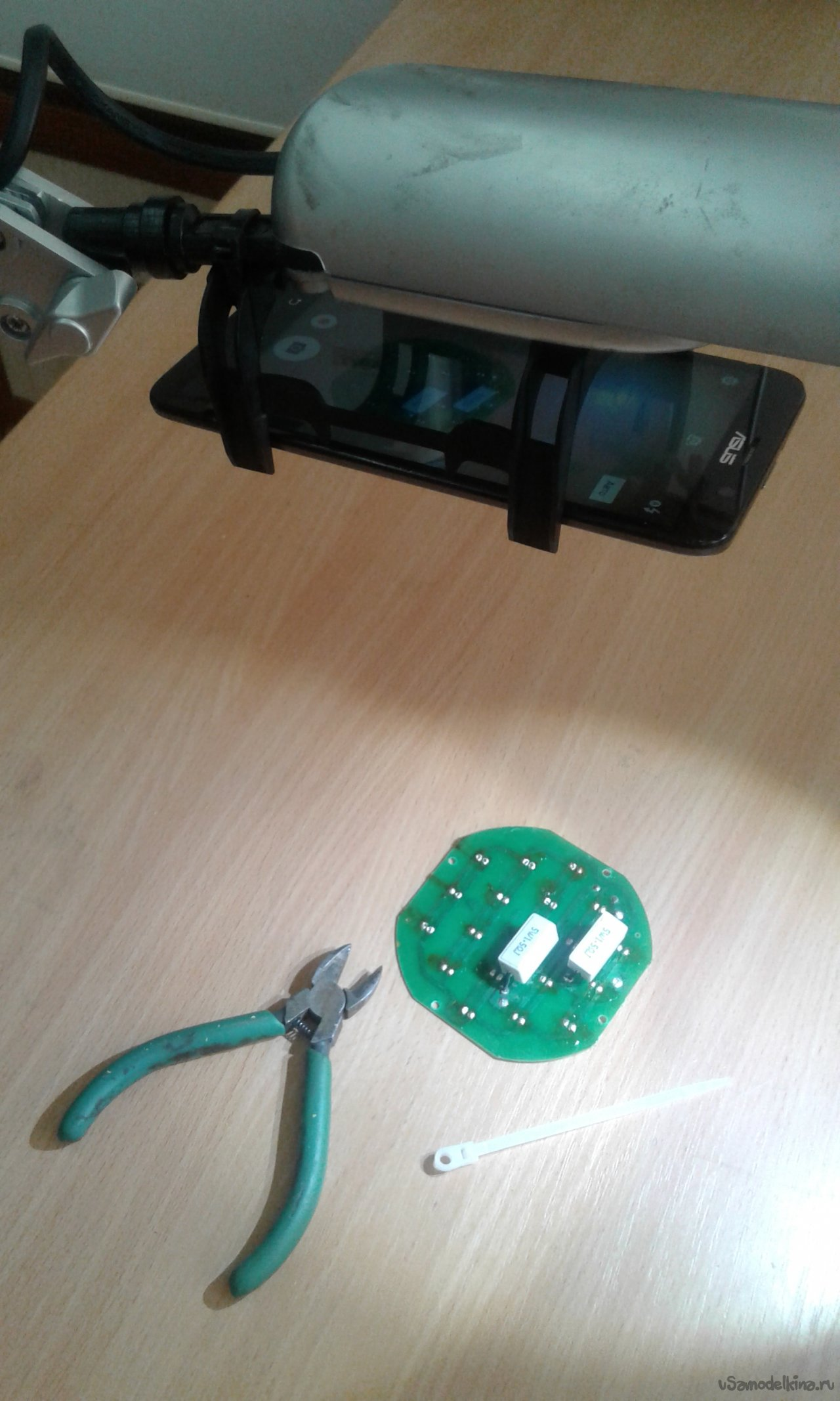 A simple tripod for shooting from a smartphone from a table lamp and mounting a radiator from socket 478
