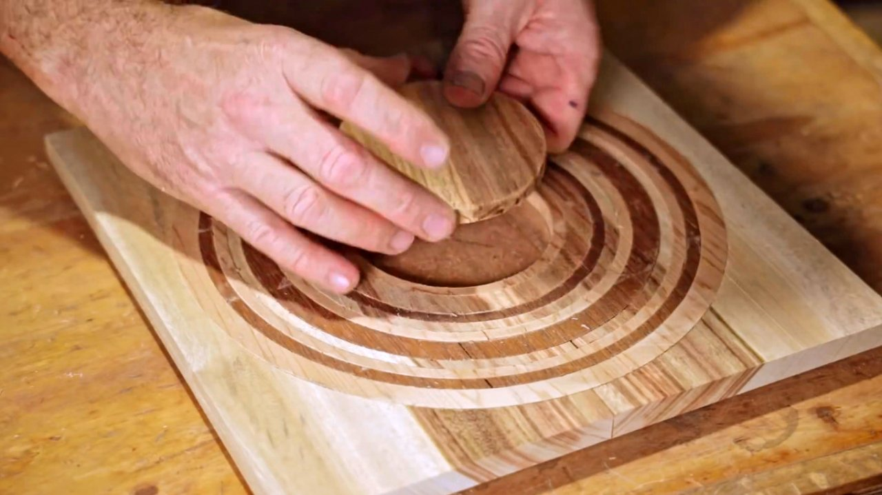 Do-it-yourself cutting board, features of working with circular accessories for a router